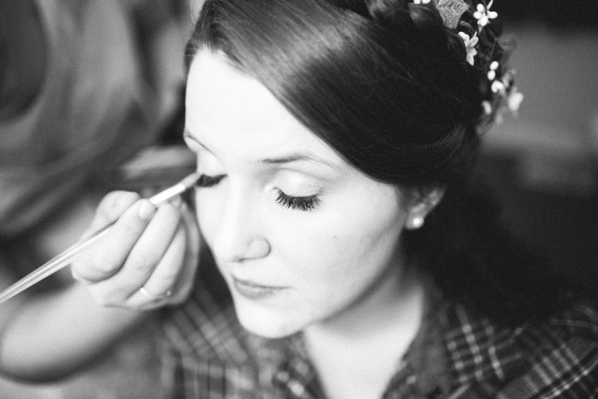 Oregon wedding photographer, bride getting ready